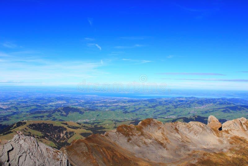 Turismo Ocio Panorama de la montaña Vista del valle adyacente de la montaña con los pueblos próximos en un día soleado claro fotografía de archivo libre de regalías