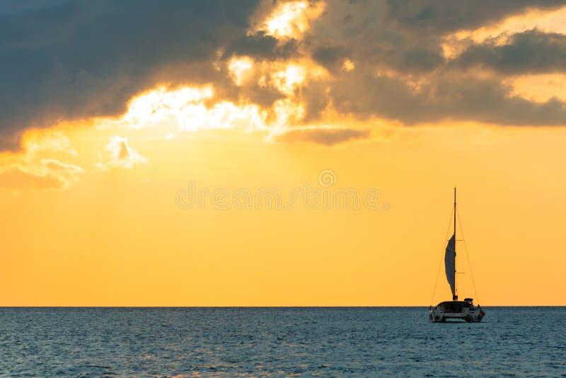 Turismo que navega - paseo mar?timo de la tarde Viaje rom?ntico en el yate de lujo durante la puesta del sol del mar fotografía de archivo