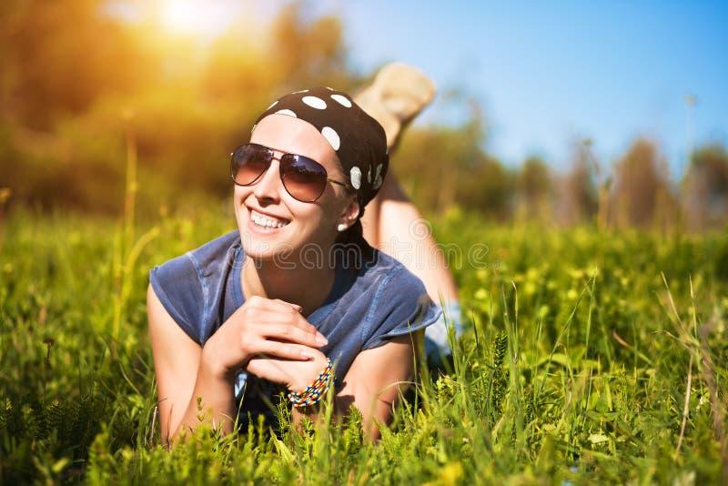 Turismo. a rapariga está encontrando-se na grama fotografia de stock