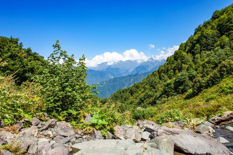 Turismsemester och lopp Berg landskap på sommar- och bergblast i bakgrunden arkivfoto