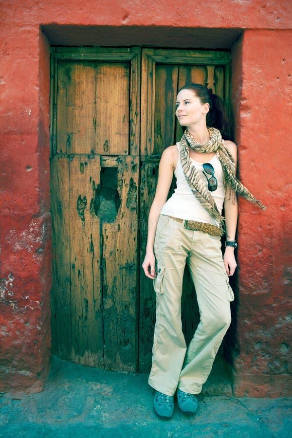 Turist alla parte anteriore di vecchio portello, Cuzco, Perù. immagini stock libere da diritti