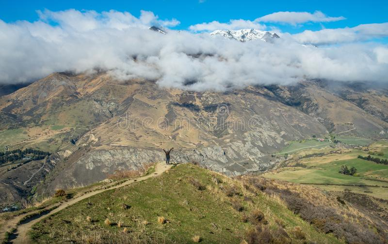 Turist- anseende på kanten av för berg för kronaområde nästan vägen, Nya Zeeland royaltyfri bild