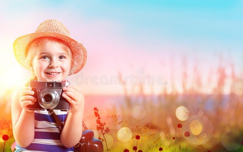 Turist- barn till havet som tar kameran royaltyfria foton