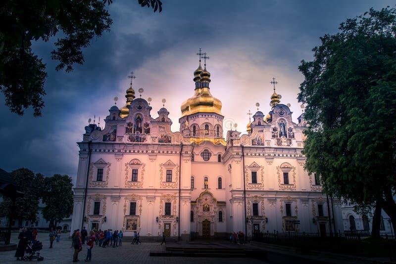 Turist- besöka Kiev Pechersk Lavra, på Kiev, Ukraina, 5 5 201 fotografering för bildbyråer