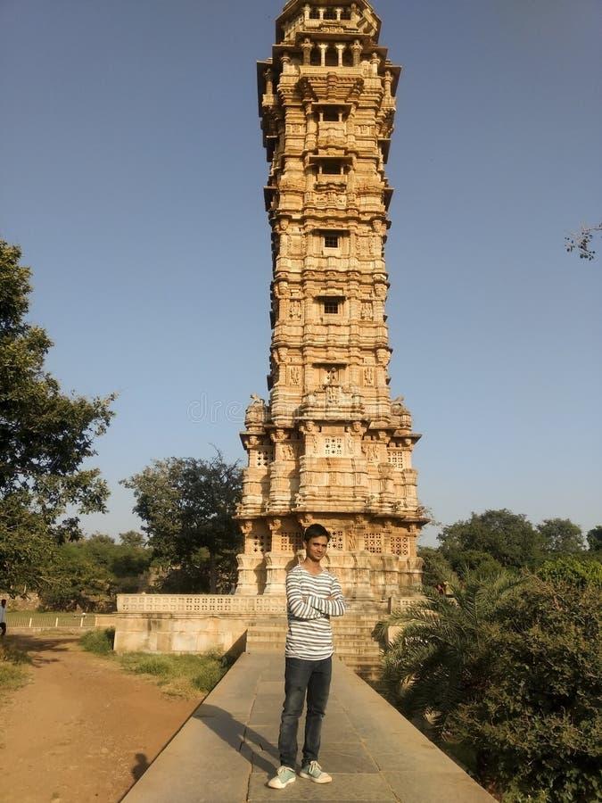 Turist- besöka Kirti Stambha i Chittorgarh royaltyfri fotografi