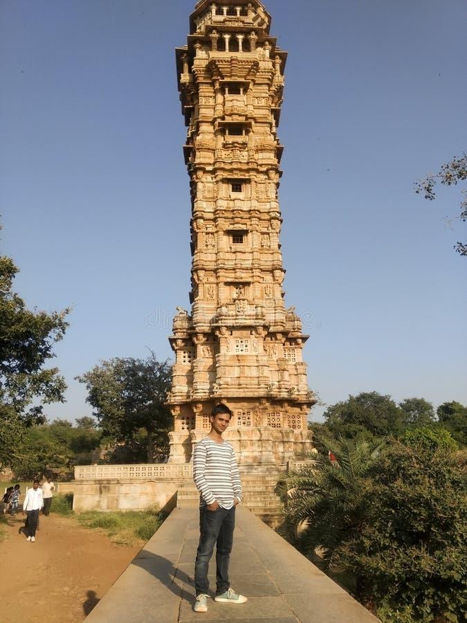 Turist- besöka Kirti stambha på Chittorgarh fotografering för bildbyråer