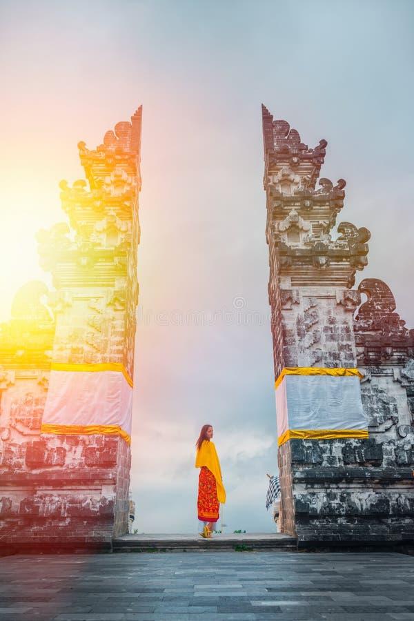 Turist- besöka Lempuyang tempel, Bali Indonesien Historia och religion arkivbild