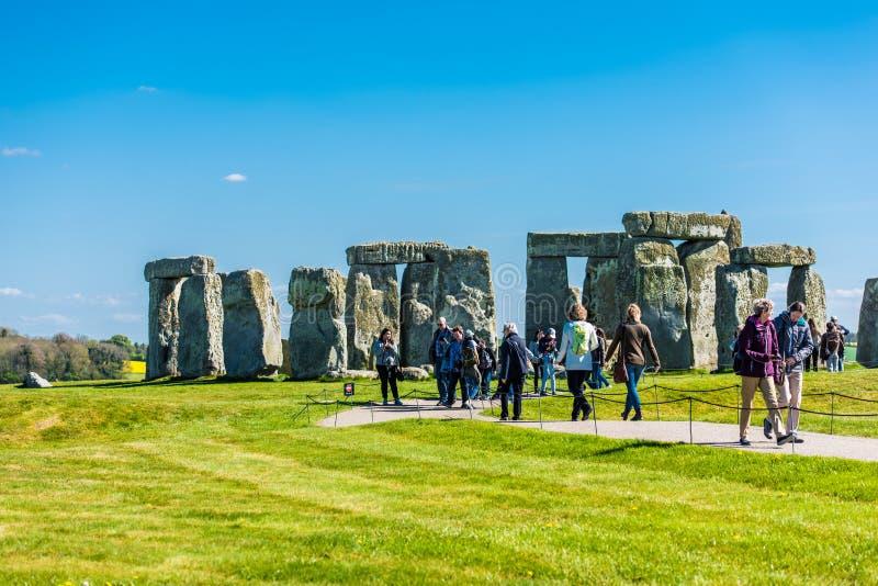 Turist- besöka Stonehenge arkivfoto