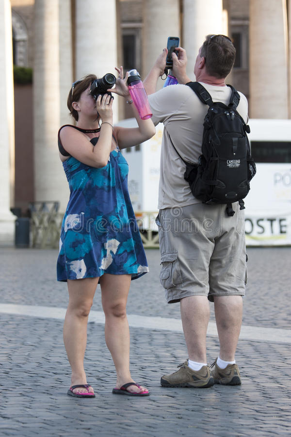 Turist de couples prenant un instantané de souvenir photo stock