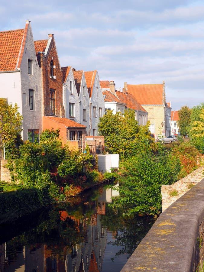 Turist- destination Bruges Brugge Belgien för medeltida huskanal royaltyfri fotografi