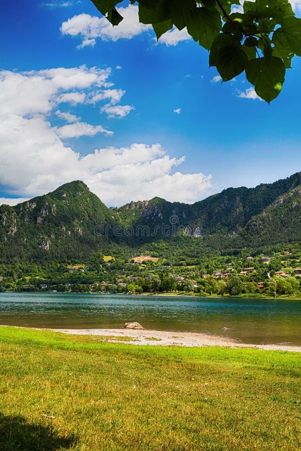 Turist- dragning med härlig sikt av sjön av Idro i nord av Italien arkivfoto