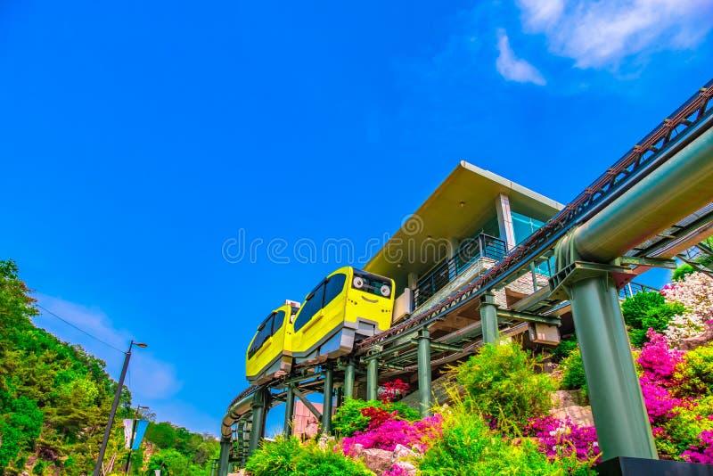 Turist- dragningar med spårvagnar som kör på Pocheon Art Valley, Korea arkivfoto