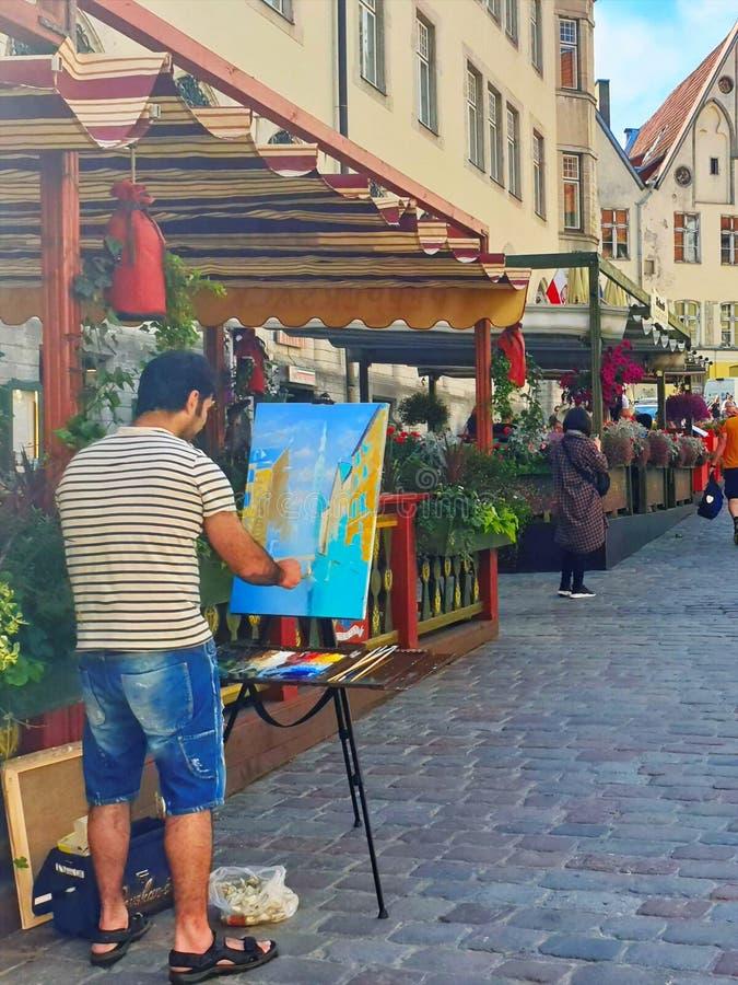 Turist för livsstil för kafé för gata för målarekonstnärLife stätta i den gamla staden av Tallinn 2019,17 Sommar 06 i den Estland fotografering för bildbyråer