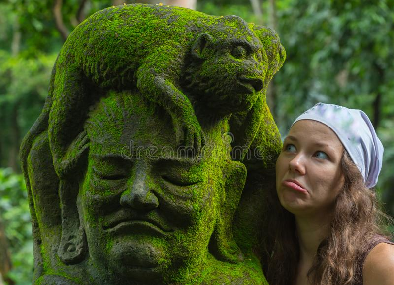 Turist för ung kvinna i den hinduiska templet Taman Ayun för traditionell balinese i Mengwi bali indonesia arkivbilder