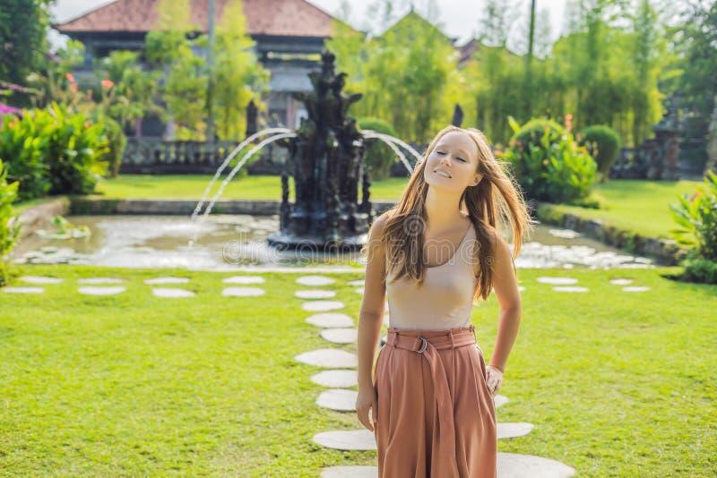 Turist för ung kvinna i den hinduiska templet Taman A för traditionell balinese arkivfoton