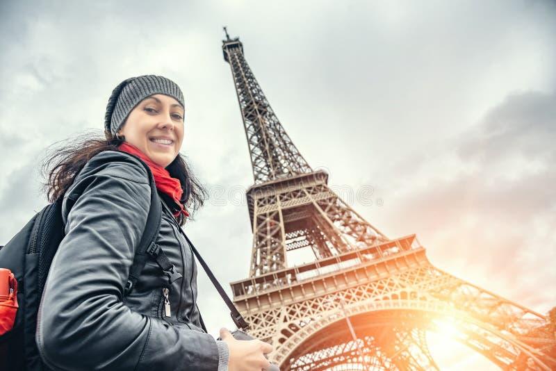 Turist för ung kvinna mot bakgrunden av Eiffeltorn i Paris arkivbilder