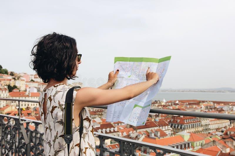 Turist för ung kvinna som ser översikten på kullen av den gamla europeiska staden royaltyfria foton