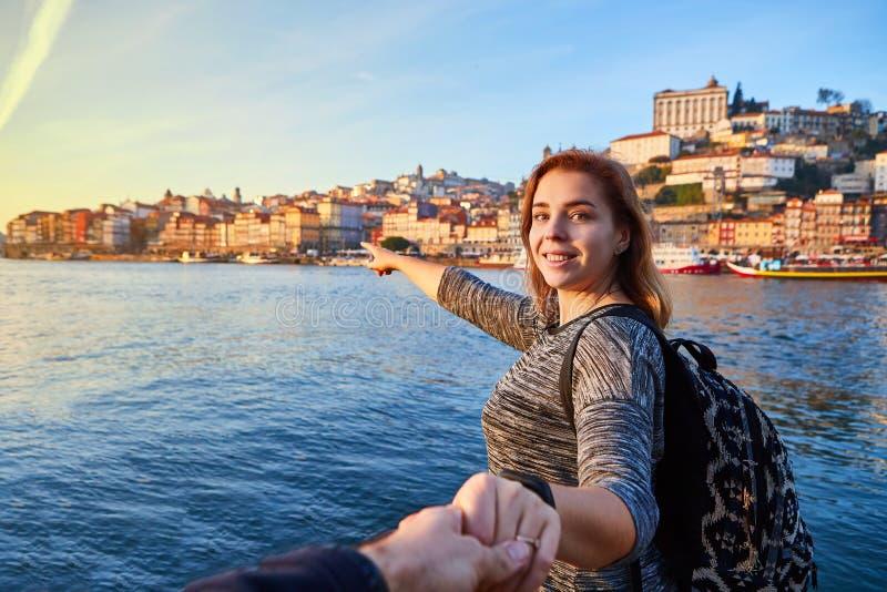 Turist för ung kvinna som tycker om härlig landskapsikt på Ribeira för gammal stad den historiska fjärdedelen och floden Duoro un fotografering för bildbyråer
