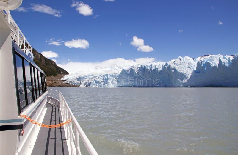 Turist- fartyg i Brazoen Rico i Argentino Lake på nationalparken för Los Glaciares, Patagonia, Argentina royaltyfria bilder