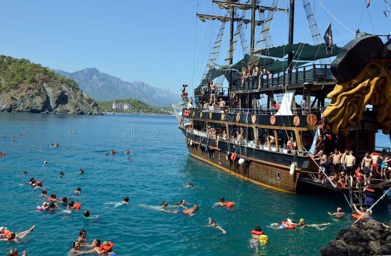 Turist- fartyg nära Kemer, Turkiet arkivbild