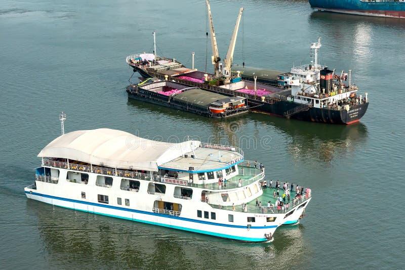 Turist- fartyg och lastfartyg arkivfoto