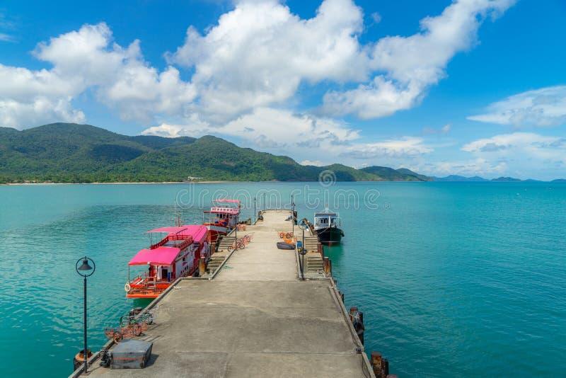 Turist- fartyg på bryggan i det tripial havet i solig dag arkivfoton
