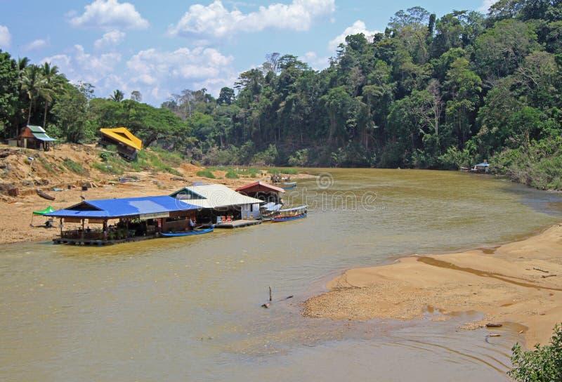 Turist- fartyg på den Tembeling floden i den Taman Negara nationalparken arkivfoto