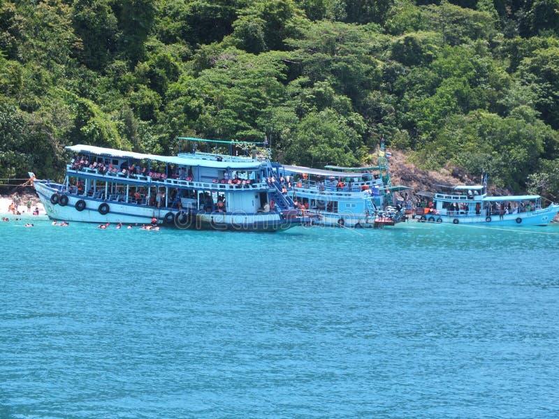 Turist- fartyg på stranden royaltyfri fotografi