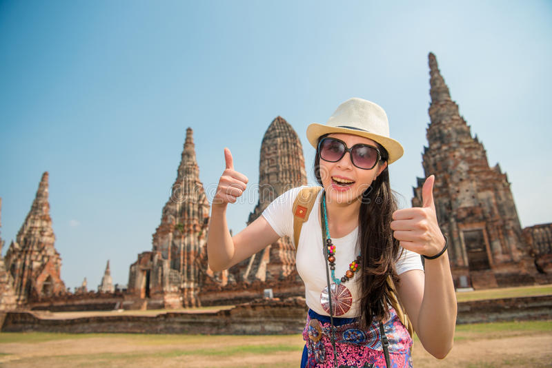 Turist- flicka för Asien student på Wat Chaiwatthanaram arkivfoton