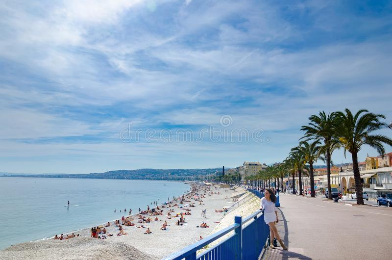 Turist- flicka i den vita klänningen som tycker om på promenad i Nice, Frankrike royaltyfri bild