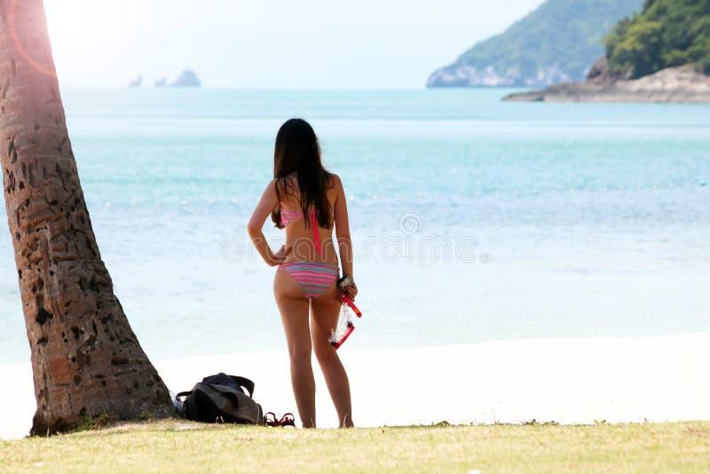 Turist- flicka med en dykningmaskering på det snorkla området nära fotografering för bildbyråer