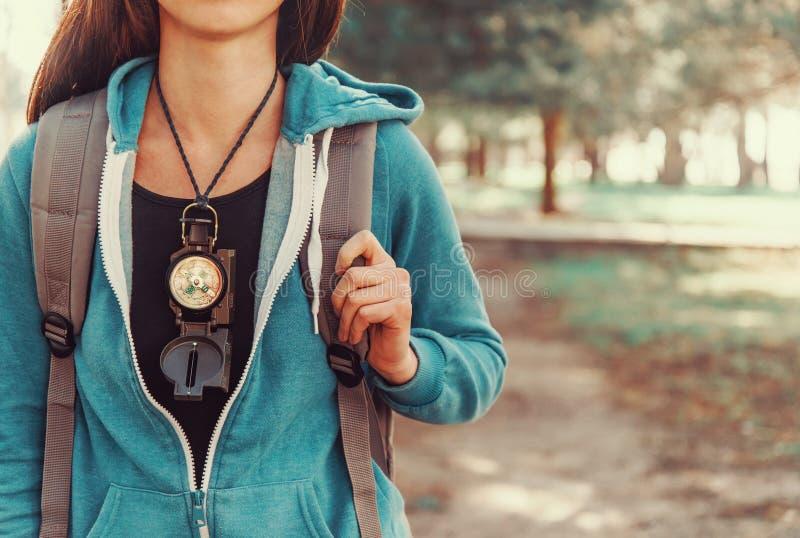 Turist- flicka med en kompass arkivbild