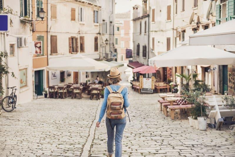 Turist- flicka som g?r i staden under semester Gladlynt kvinna som reser utland i sommar lopp- och aktivlivsstilbegrepp royaltyfri foto