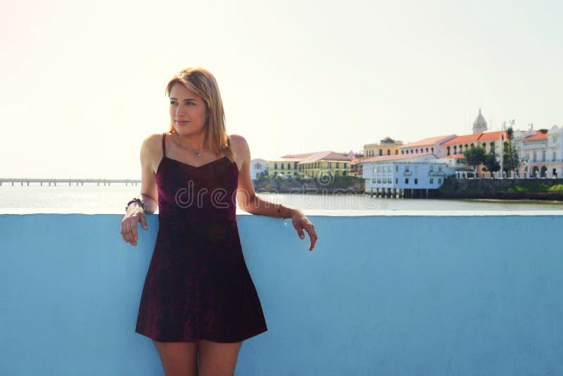 Turist- flicka som semestrar i Panama City som besöker Casco Antiguo royaltyfri fotografi