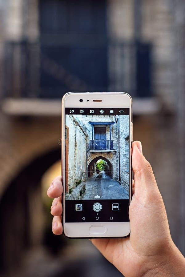 Turist- flicka som tar loppfoto med smartphonen p? sommarferier Ung attraktiv turist som tar selfiefotoet med mobil pho arkivbilder
