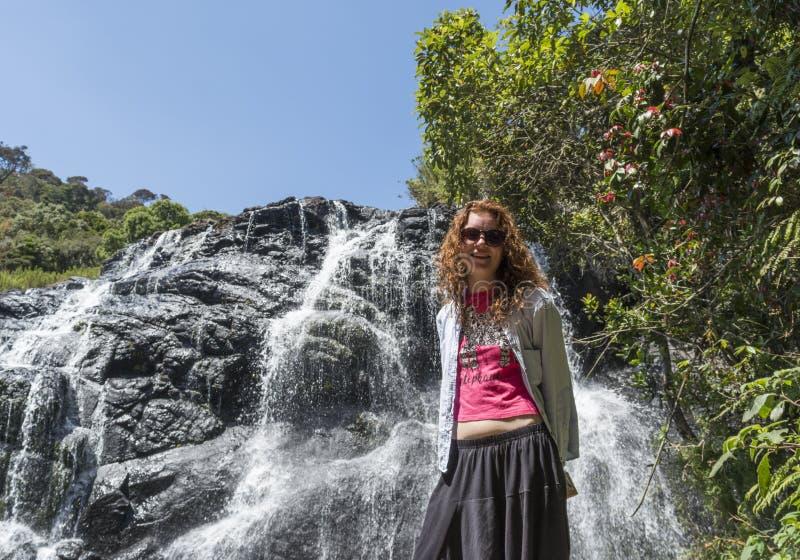 Turist- flickaanseende nära bagarens nedgångar i nationalparken arkivfoto