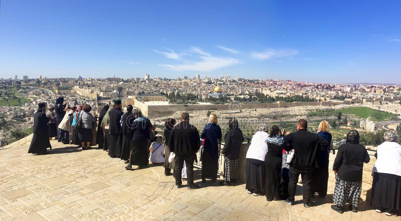 Turist- folk på panoramautsikt till monteringen för Jerusalem den gamla stadstempel och den forntida judiska kyrkogården i olivgr royaltyfri bild