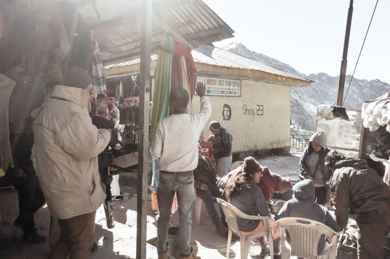 Turist- folk som bär omslag och kängor för varm kläder vattentäta på en vägsida royaltyfri bild
