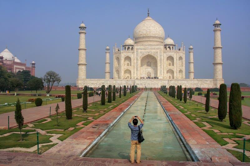Turist- fotografera Taj Mahal i Agra, Uttar Pradesh, Indien royaltyfri bild