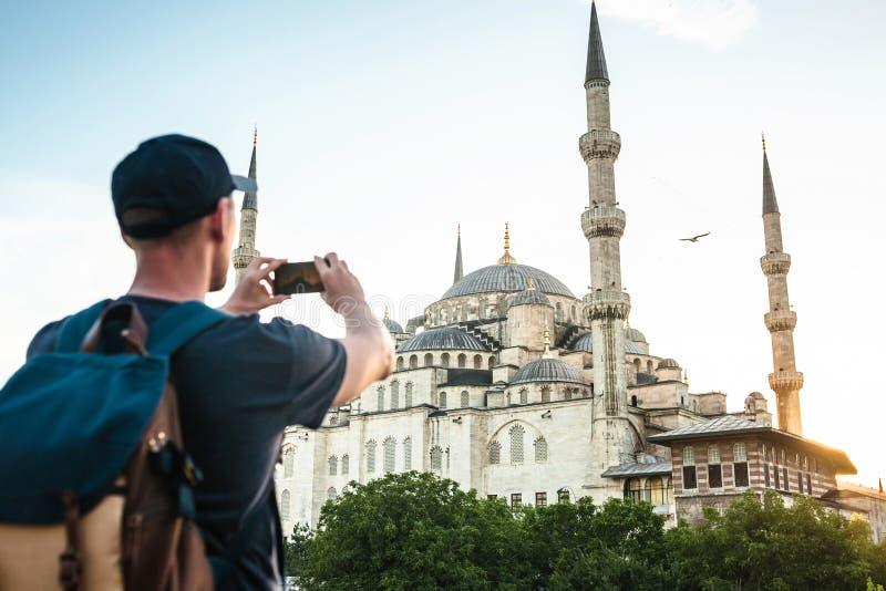 Turist- fotografier den blåa moskén royaltyfri bild