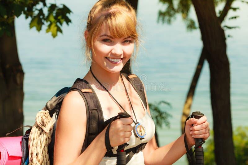 Turist- fotvandra för kvinna vid havshavet royaltyfria bilder