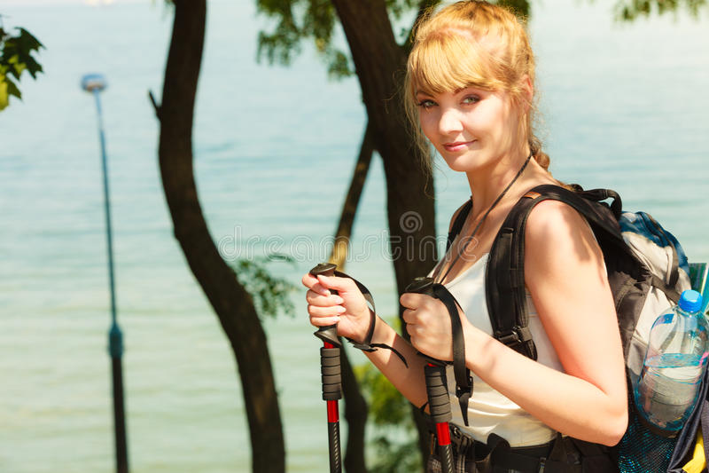 Turist- fotvandra för kvinna vid havshavet arkivbilder