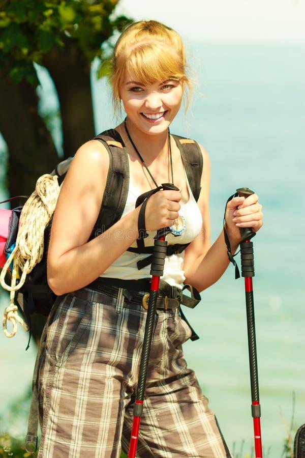 Turist- fotvandra för kvinna vid havshavet arkivfoton