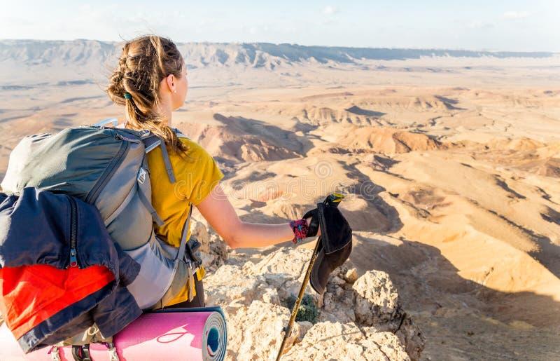 Turist- fotvandrareanseende för ung kvinna som ser siktsökenberget royaltyfria foton