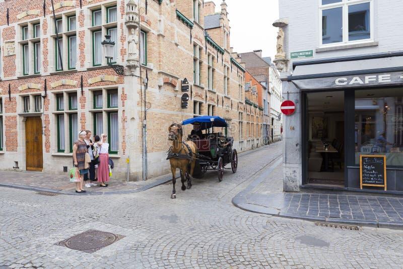 Turist- framställning turnerar av den Bruges staden i en chaise royaltyfri bild