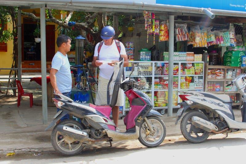 Turist- fyllning för punp för mopedtappningbensin, Nhong Pha, Vietnam arkivfoto
