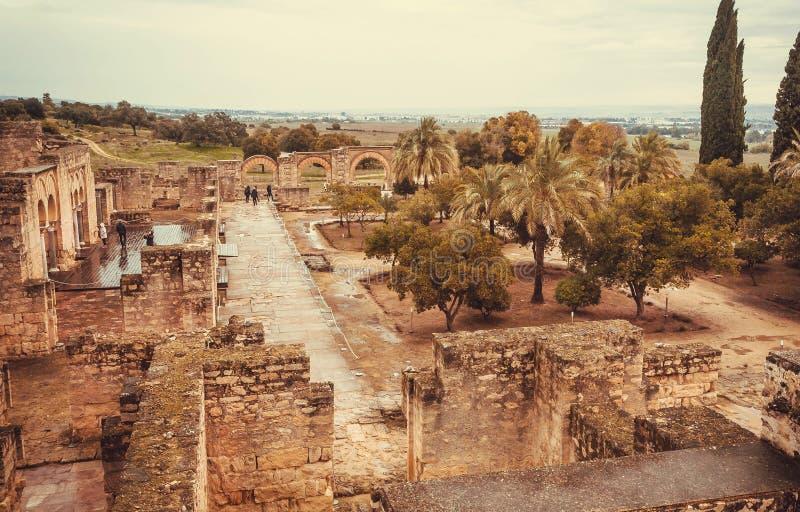 Turist- gå runt om trädgårdar av den 10th århundradestaden fördärvar in Morisk slottMedina al-Zahra i Andalucia arkivbilder