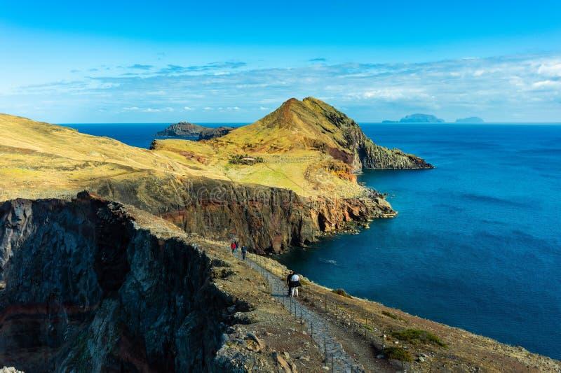 Turist- g? p? en trekking bana p? Ponta de Sao Lourenco, madeira fotografering för bildbyråer