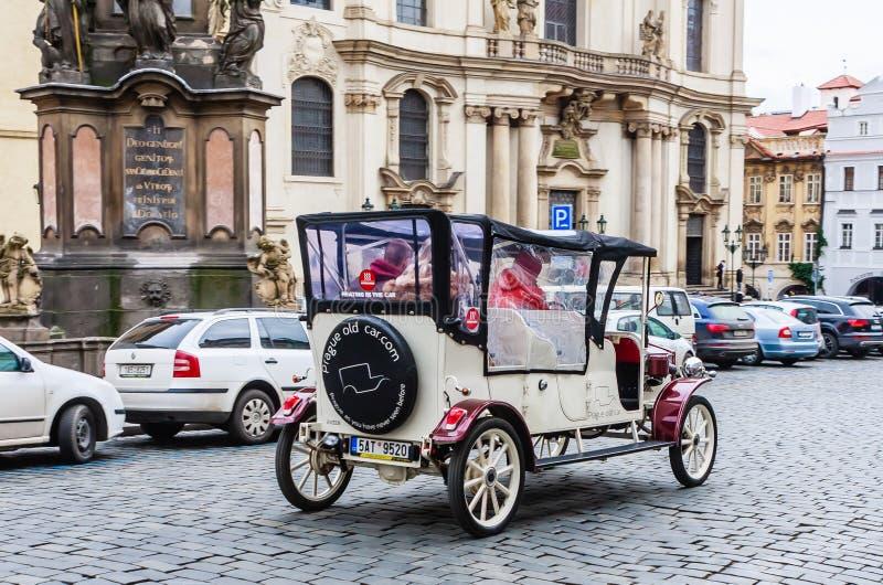 Turist- gammal bil i fyrkanten framme av den St Nicholas kyrkan royaltyfri foto
