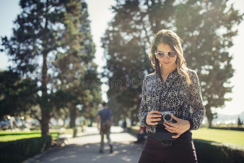 Turist- gatafotograf för ung hipster som besöker färgglade Lissabon Tycka om färgglat och upptaget stadsliv royaltyfri fotografi